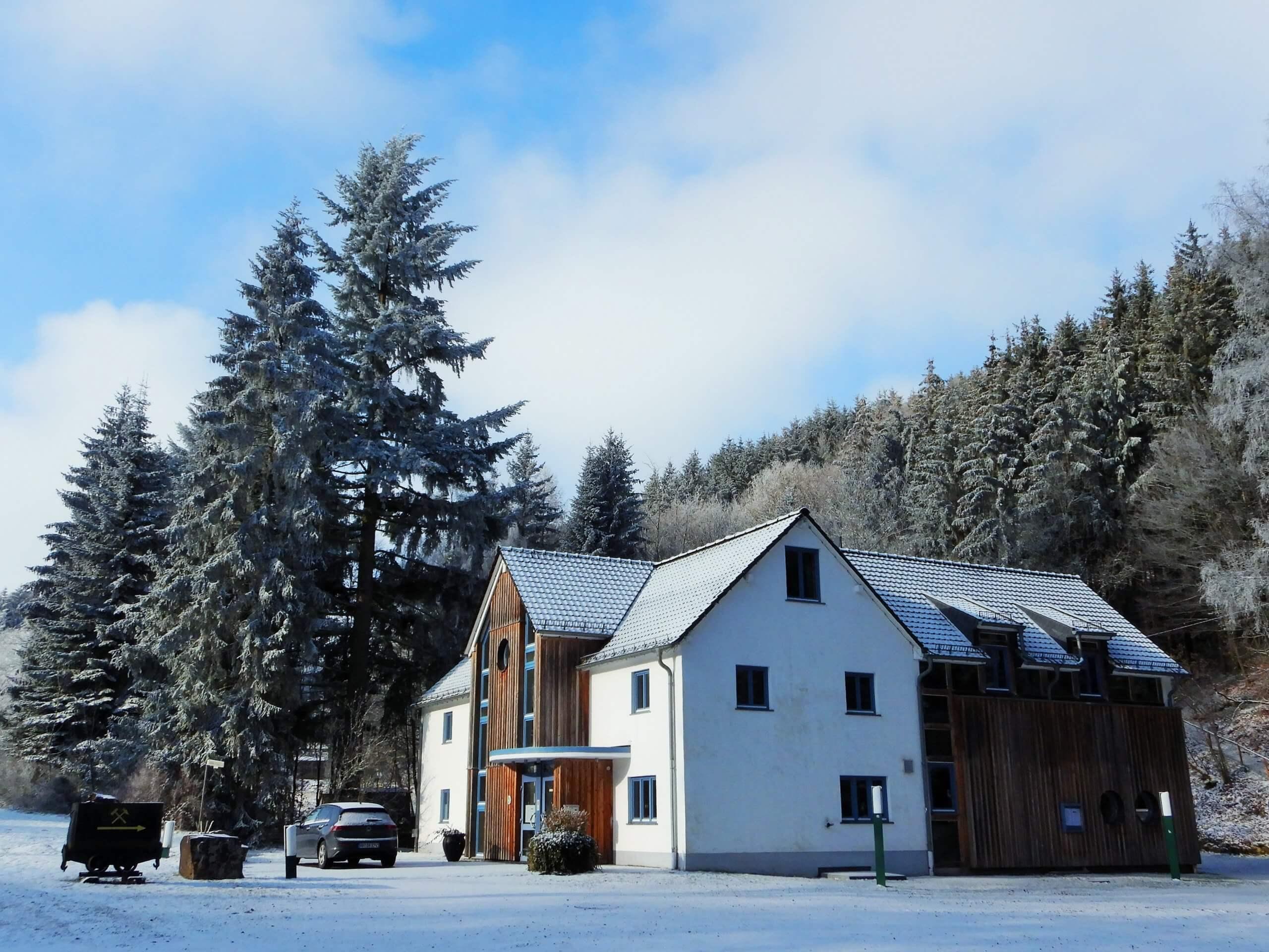 GF Rescheid - Winterimpression - Parkplatzseite.JPG